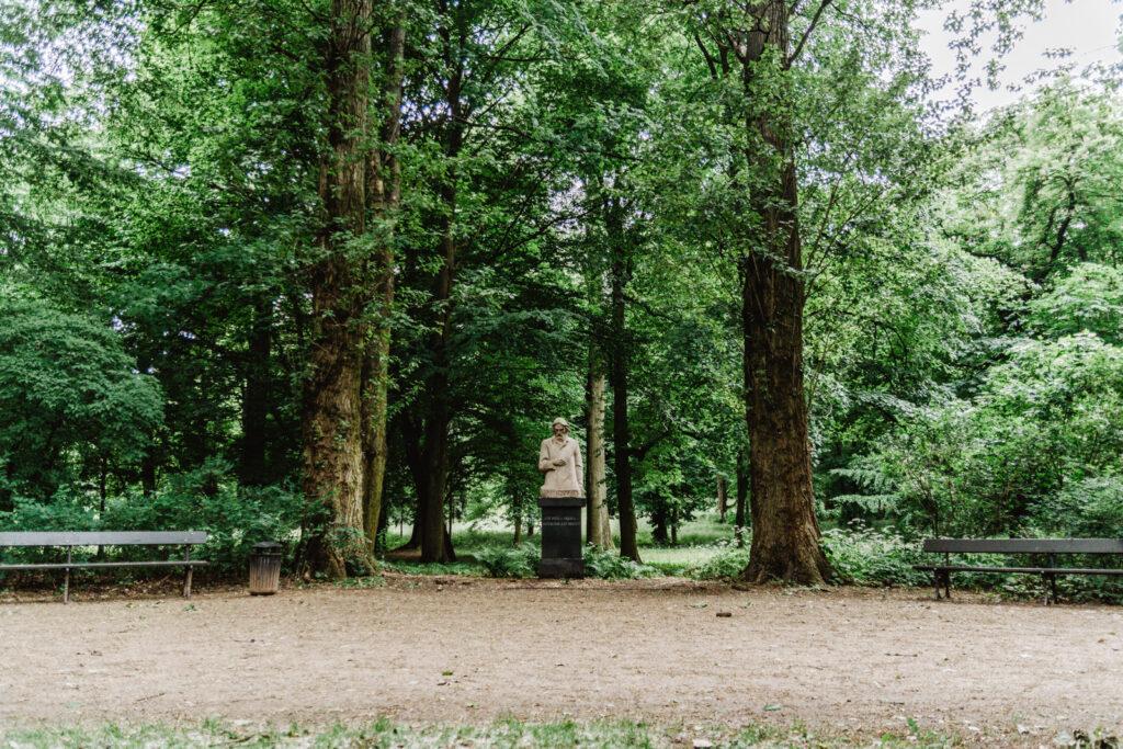 Pomnik Kamila Cypriana Norwida w Łazienkach Królewskich